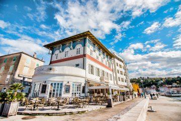 Hotel Piran je prežet s tradicijo in pridihom udobja. Do konferenčnega prizorišča pa vas loči krajši sprehod ob slovenski obali. Rezervirajte zdaj!    Enoposteljna soba 59 EUR   Dvoposteljna soba 69 EUR    Doplačilo: turistična taksa 2,50€ na dan na osebo. Prevoz do GH Bernardin na voljo na povpraševanje na recepciji hotela. Rezervacija s kodo: SEMPL.