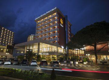Grand Hotel Portorož se nahaja v samem osrčju Portoroža, le par korakov stran od morja. Ponuja udobne sobe, ki združujejo eleganco s tradicijo, vrhunske wellness storitve in odlično kulinarično ponudbo. Rezervirajte zdaj!    Enoposteljna soba 78 EUR   Dvoposteljna soba 96 EUR    Doplačilo: prijavnina 1,50€ na osebo in turistična taksa 2,50€ na dan na osebo.
