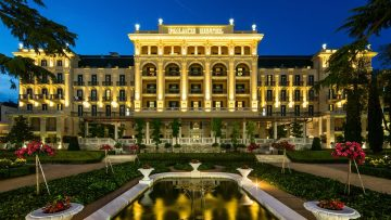 """Kempinski Palace Portorož je sodoben vrhunski hotel, obdan s čari starega sveta. Nahaja se v centru Portoroža ter je prvi in trenutno edini luksuzni hotel kategorije """"deluxe"""" v Sloveniji. Rezervirajte zdaj!    Enoposteljna soba 98,75 EUR   Dvoposteljna soba 113,75EUR    Doplačilo: prijavnina 1,50€ na osebo in turistična taksa 2,50€ na dan na osebo. Koda za posebno ponudbo: DIRECT."""